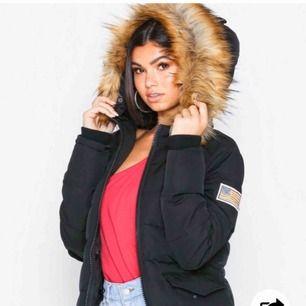 Säljer denna skit snygga jackan, startar bud till den 23/11. Nästan aldrig använd, köpt från Nelly, nypris är 2499kr