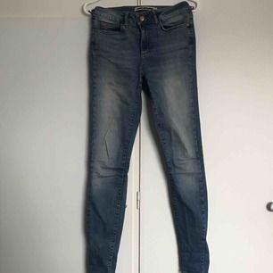 Snygga jeans från noisy may i en mellan blå tvätt💙 slutar just vid/under naveln😊 säljer då de inte kommer till användning längre, saknar en del av sömmen på höger ficka men inget som märks tydligt⚡️ fraktkostnad tillkommer, kan mötas upp i Umeå!