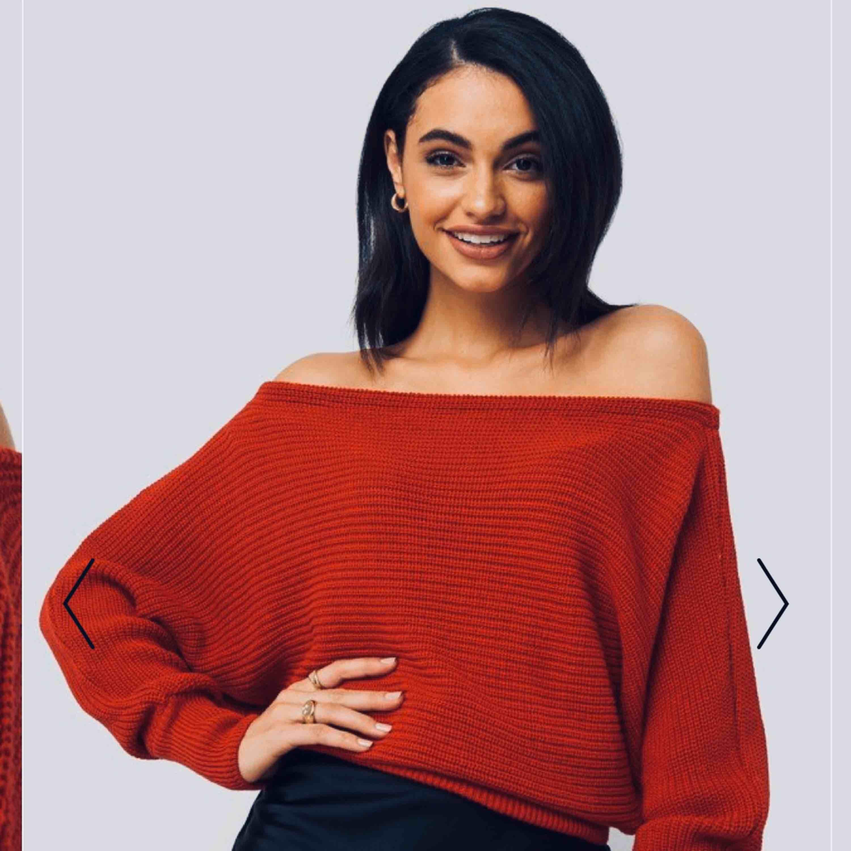 Fin röd stickad off-shoulder tröja från na-kd, står storlek xxs men är mer som xs-s använd fåtal gånger. Nypris 299:-  OBS den är röd men när bilderna läggs upp på Plick ser den lite  orange ut . Stickat.