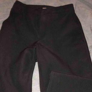 Säljer mina coola kostymbyxor från Bik bok! 🤩 strl XS, och dom är kortare i modellen dvs att dom går till anklarna ungefär! Jättefina och bra skick. Hör av er om frågor eller undringar 💕