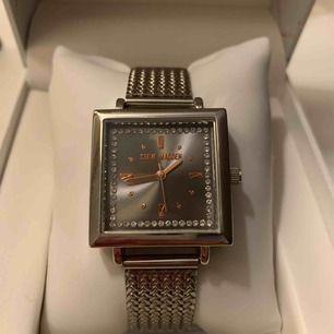 Superfin klocka från Steve Madden. Använd endast två gånger och är i nyskick. Köparen står för frakt.