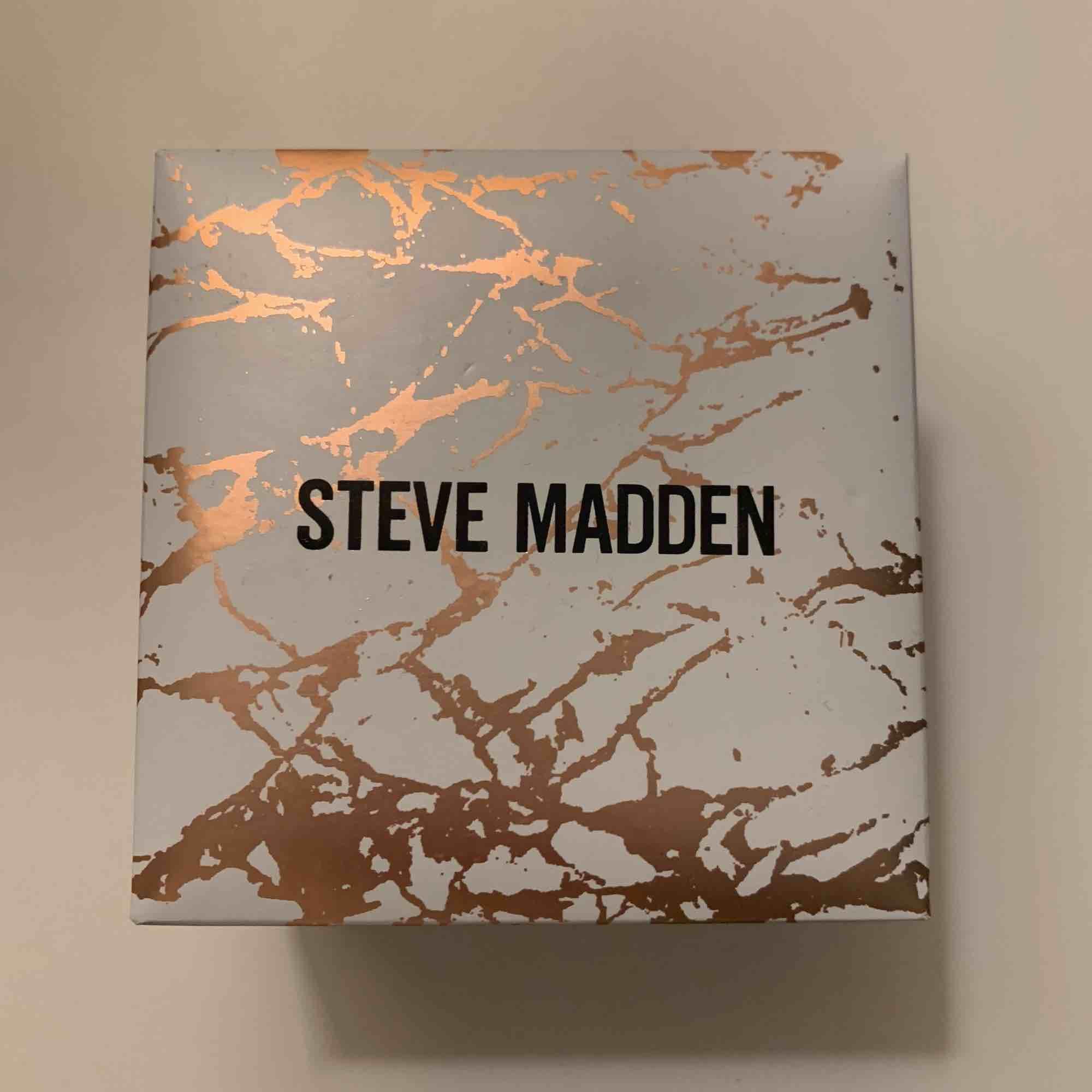 Superfin klocka från Steve Madden. Använd endast två gånger och är i nyskick. Köparen står för frakt. . Accessoarer.