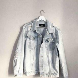 Sliten oversized Jeansjacka från bikbok, storlek S. Nypris 600, säljer den för 170kr.  Köparen står för frakt
