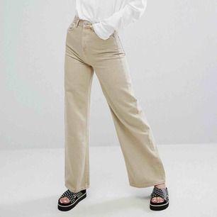 Ett par byxor från weekday som jag tyvärr inte använder längre. Dom är i bra skick:) Modellen heter ace. Frakten står du för själv :)