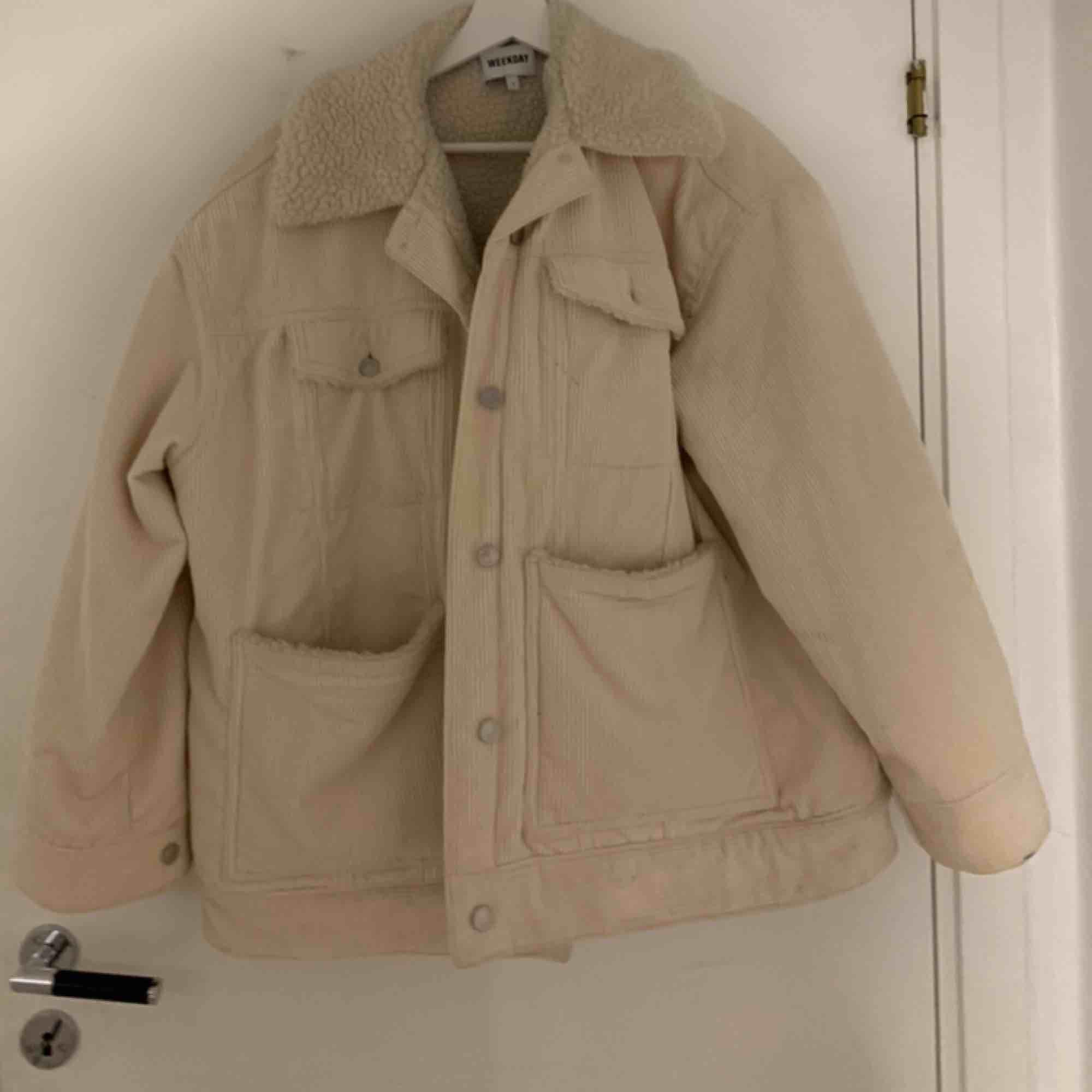 Jacka från weekday som är oversized. Jag köpte den förra året men den har knappt använts. Frakten står du för själv :). Jackor.