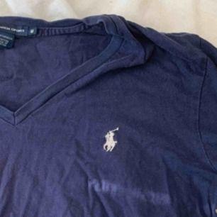 T-shirt från Ralph lauren i storlek M. Fint skick, och givetvis äkta