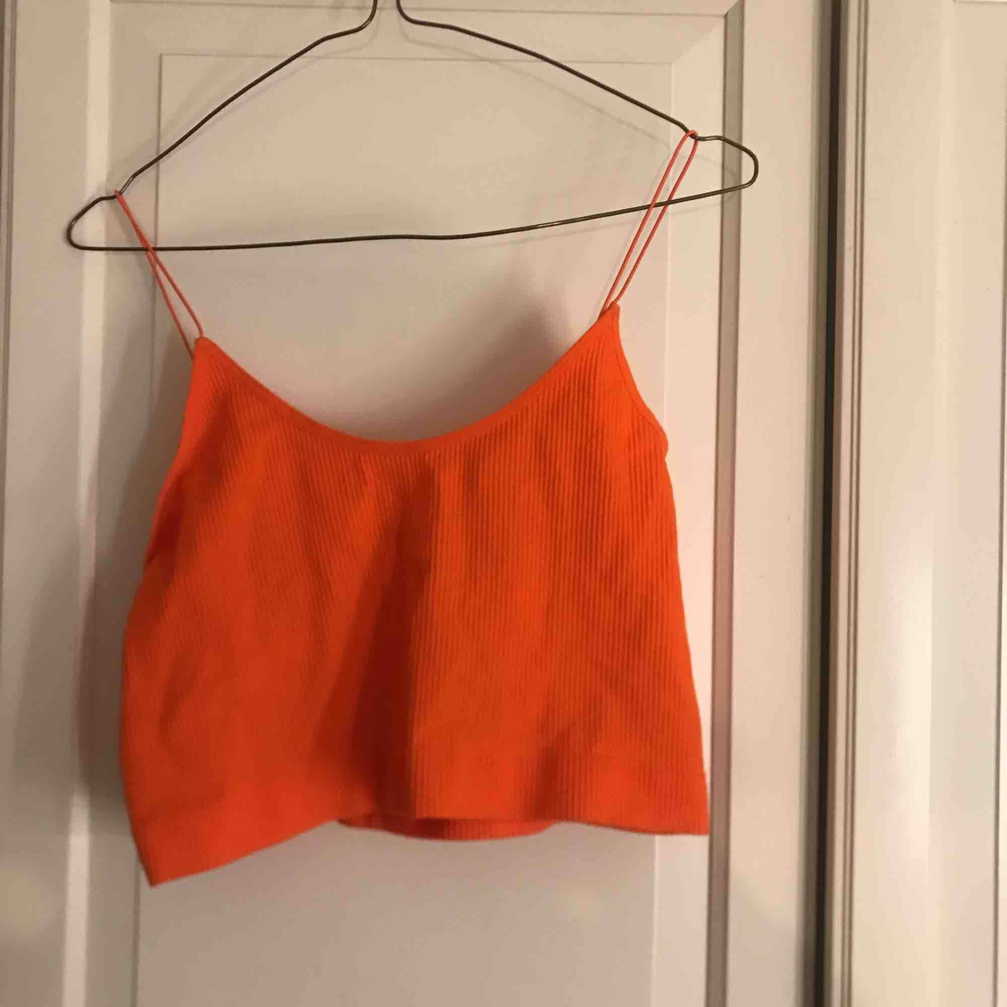 Neon orange linne, storlek L men skulle nog säga m efter som den är så pass stretchiga😊 . Toppar.