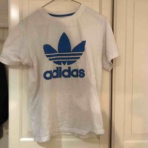 Adidas t tröja, jättefin. Utan slitningar och hål🙂