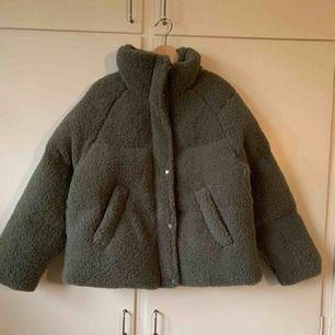 Skitmysig jacka i Teddy material från asos! Säljer jackan för att den var inte riktigt min stil så den är aldrig använd och kosta lite över 600 nypris. Köparen betalar frakt 🤠😇