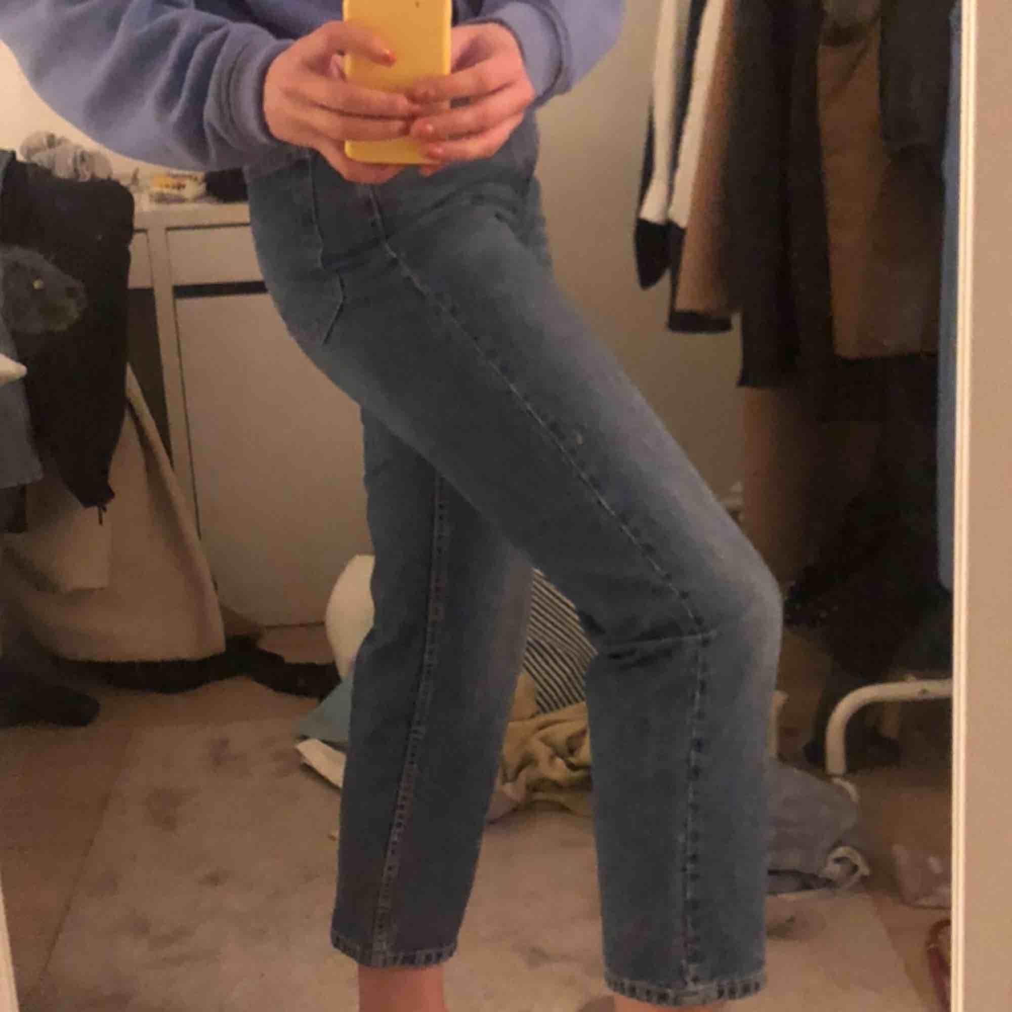 Väldigt fina blåa jeans från Zara! Använd ganska få gånger, de är alltså i fint skikt! . Jeans & Byxor.