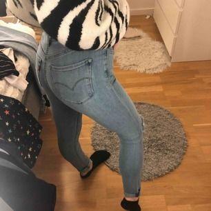 Oanvända skinny jeans från levis. Medelhög/hög midja på mig som är 170cm. Säljer då de inte kommit till användning