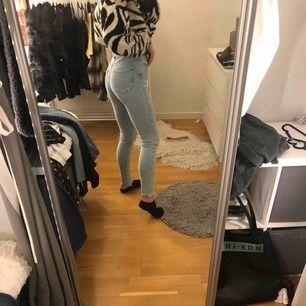 Helt nya skinny jeans från bikbok. Högmidjade och stretchiga. Säljer då de tyvärr aldrig blivit använda. Priset kan diskuteras vid snabb affär.
