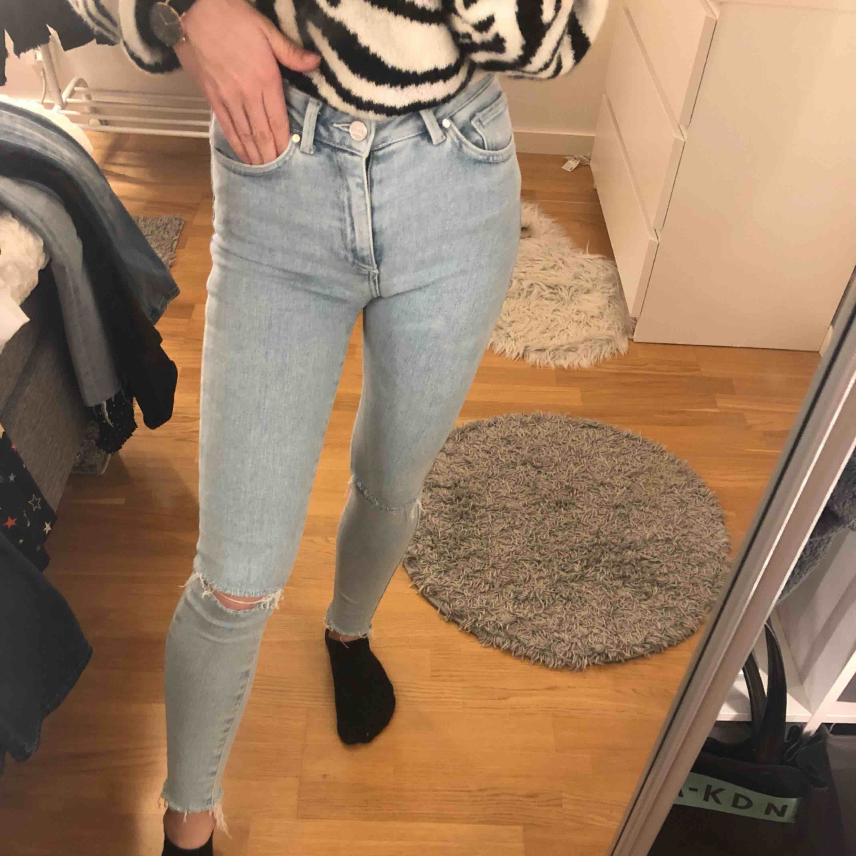 Helt nya skinny jeans från bikbok. Högmidjade och stretchiga. Säljer då de tyvärr aldrig blivit använda. Priset kan diskuteras vid snabb affär. . Jeans & Byxor.