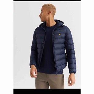 Säljer denna helt nya jackan som min kille fick av sina föräldrar men den var för liten för han. Ordinarie pris är 1599kr och vi säljer den för 500kr
