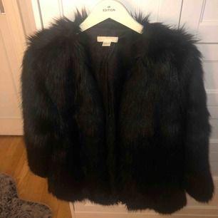 Köparen står för frakt annars finns jag i Eskilstuna. Långhårig svart pälsjacka från H&M, köpt för två år sedan, sällan använd och i bra skick. Lite större i storleken. Stängs med hakar och har två ytterfickor.