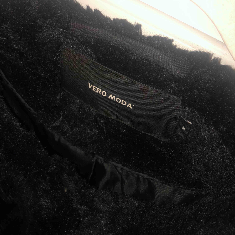 Svart pälsjacka från Vero Moda. Bra skick utåt men ett hål i vänster ficka, kan lagas. Stängs med knappar. Frakt 50kr. Jackor.
