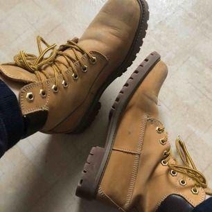 Vinterkängor i fint skick. Tyg på insidan så de är värma också. Rengör och impregnerar skorna innan jag skickar de till köparen. Frakt ca 72kr.