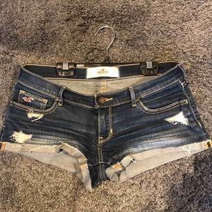 Shorts från Hollister. Färg: mörk jeans Storlek: 5 vilket motsvarar ungefär XS men jag har storlek S och de passar för mig. W 27