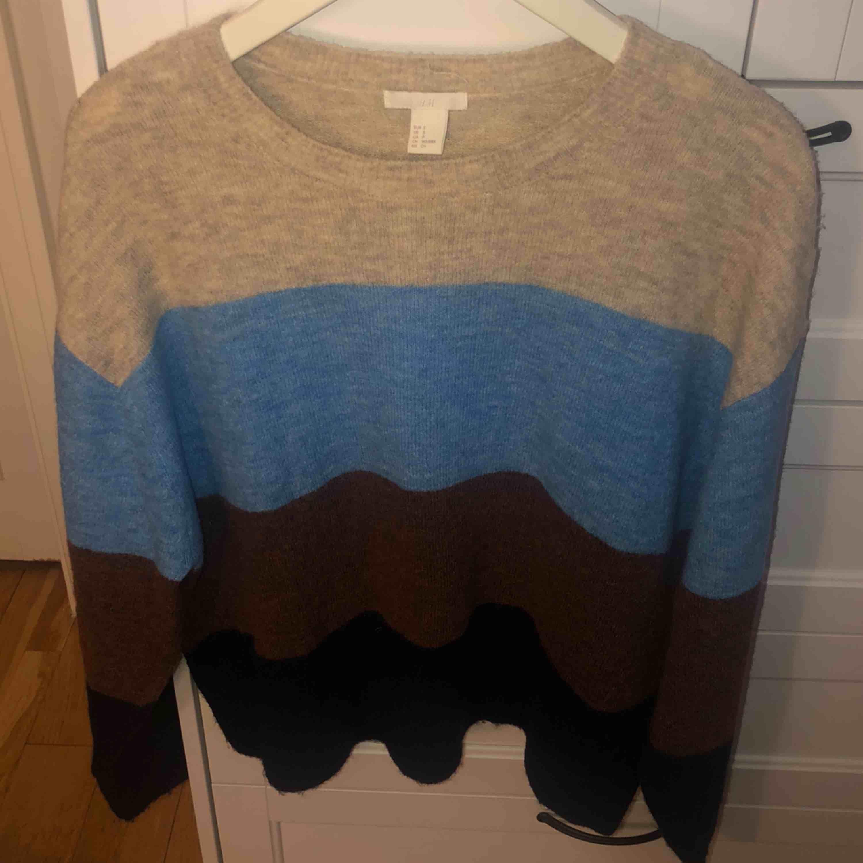 Köparen står för frakten (20kr) annars finns jag i Eskilstuna  Stickad tröja, randig i beige, ljusblå, brun och mörkblå. Lite större i storleken.. Stickat.