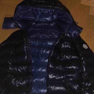Säljer min Moncler jacka som jag köpte på Nk i Göteborg kvittot har jag ej kvar men den är äkta. Köpt för 10100 men säljs för 7000 ( prutbart ). Använd Max 3 ggr så den är nyskick.