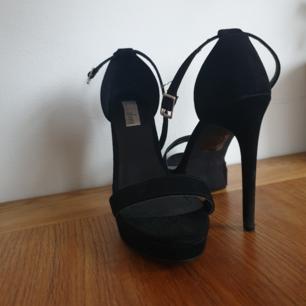 Väldigt fina skor, är inte i bästa skick men är så pass lite så att det inte syns. Klacken är 10 cm hög