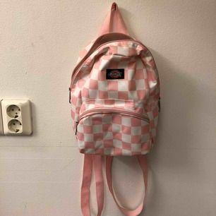 Rosa checkered miniryggsäck från Dickies! Köpt i LA på Dollskill butiken 🌼 Smutsig inuti då den är helvit, går att tvätta 🧼 Ni kan jämföra storleken med uttaget på bilden!