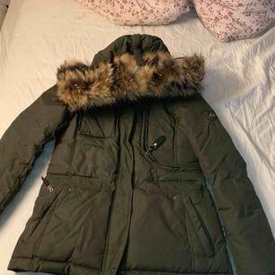 Säljer min varma och snygga hollies jacka som är i gottskick då jag endast använde den sparsamt en vinter, priset går att pruta ner vid snabb köp