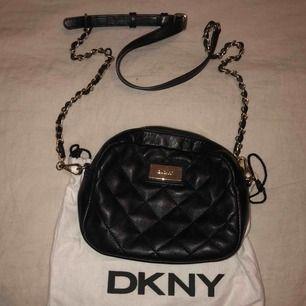 DKNY crossbody väska, liten, svart med gulddetaljer. Äkta. Inget kvitto, därav priset 😊
