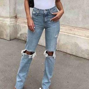 Jag undrar om någon har dessa jeans från Zara i storlek 34 eller 36? Är super sugen på de men de är slutsålda på hemsidan😪 hör gärna av er💓