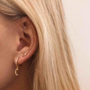 Lightning strike Earrings för 89kr och moon Earrings för 119 🌟 finns i både guld & silver ⚡️