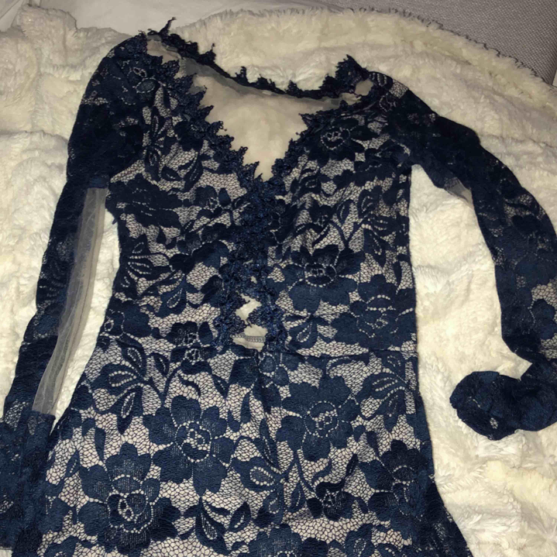 Spet klänning som sitter tajt och formar sig snyggt efter kroppen  Använd 2 gånger och säljs pgv graviditet . Klänningar.
