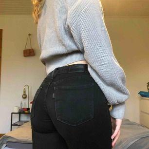 Tighta svarta jeans från levis. Modell 710 super skinny. Är väldigt stretchiga så passar mig trots att jag gått upp i storlek. Sitter dock bättre på en XS. Lite använda men inga skador eller liknande. Frakt ingår i priset. 🥰