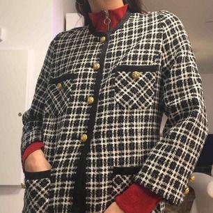 Skotskrutig jacka i Chanel-stuk med guldknappar (och kristall-detaljer i knapparna!)  Yttermaterial: 55% Virgin Wool och 45% Viskos. Foder: 100% Acetat.  (っ◔◡◔)っ MÅTT: Byst: 50cm Längd: 69cm Ärm: 60cm Storleksmärkt: 42 Uppskattad storlek: S/M