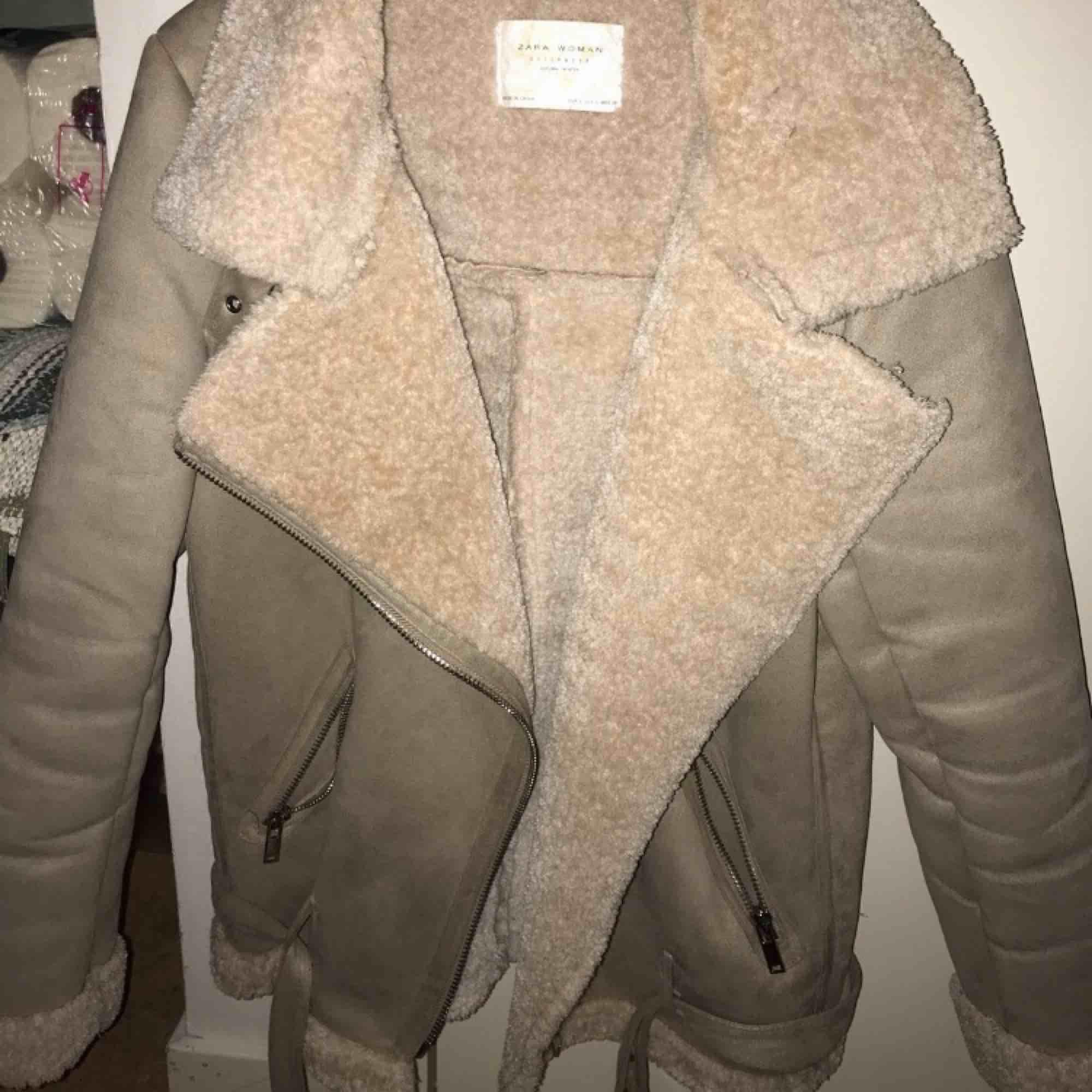 Säljer denna jacka från zara, då jag inte använder den, använt den ca 5 gånger allt som allt, köpt förra året och är i super fint skick! Strl S passar även en M. En jätte mysig jacka!. Jackor.