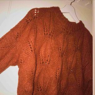 Grovstickad tröja i fin höstig, mörkt orange/roströd färg. Supermjukt material. I perfekt skick, som ny! ▪️ Säljer pga sitter lite för tight på mig som har M! ▪️ (På bilden har jag vikt upp tröjan en aning) se full längd bild 3