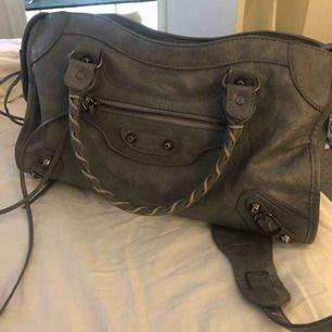 Säljer min balenciaga likande väska! Supersnygg och får plats med mycket. Spegel och långt band medföljer. Kom gärna med bud (tar inte emot bud under 500) 💕💕💕