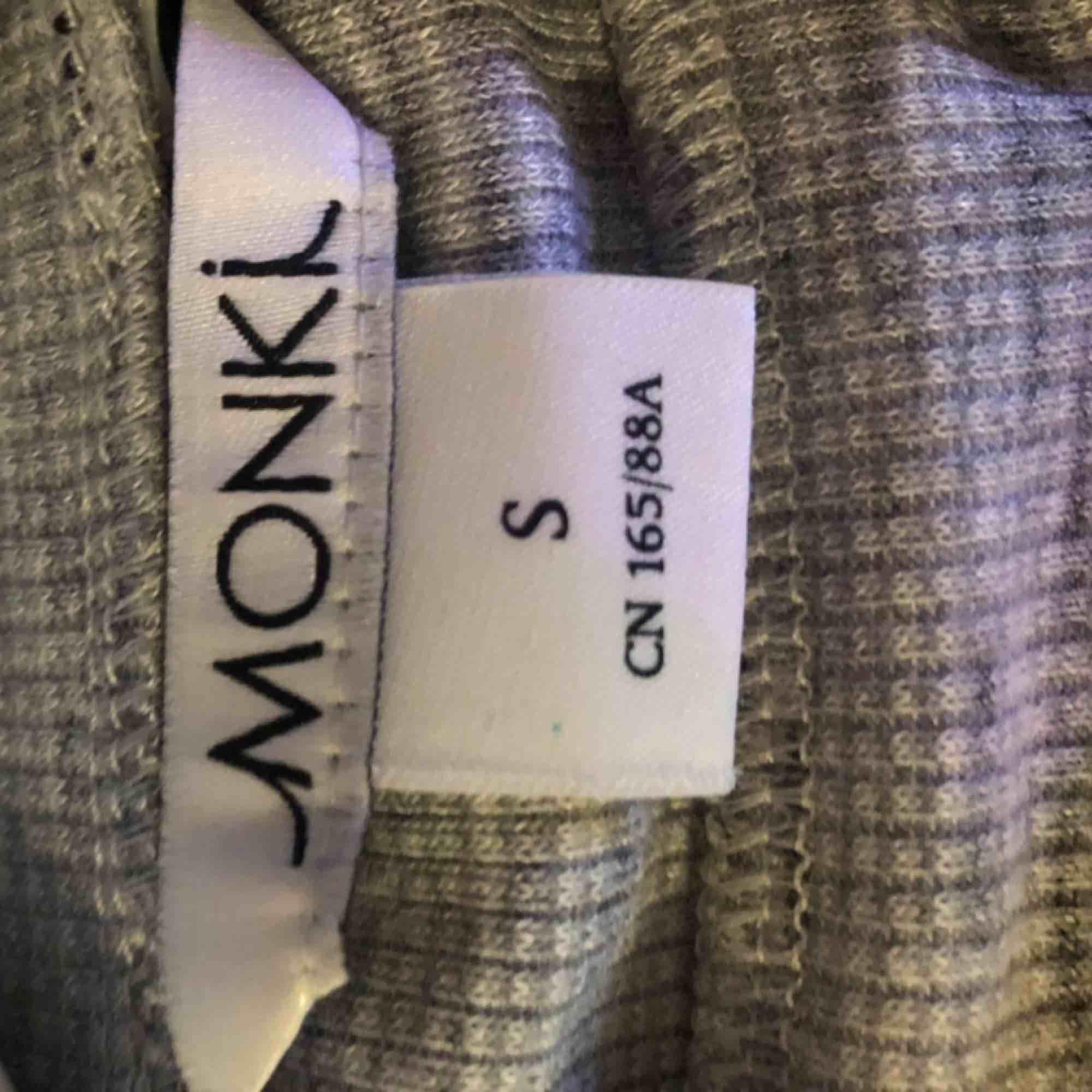 Grå högkrage från monki, sparsamt använd . Tröjor & Koftor.