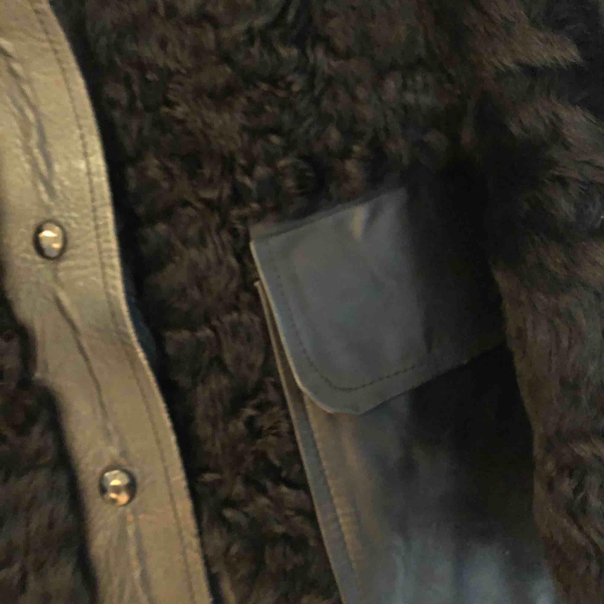 Jacka i äkta fårull och läderdetaljer. Fint skick!  . Jackor.