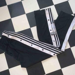 Jättesnygga byxor från adidas, säljes pga att jag aldrig använder dom:/
