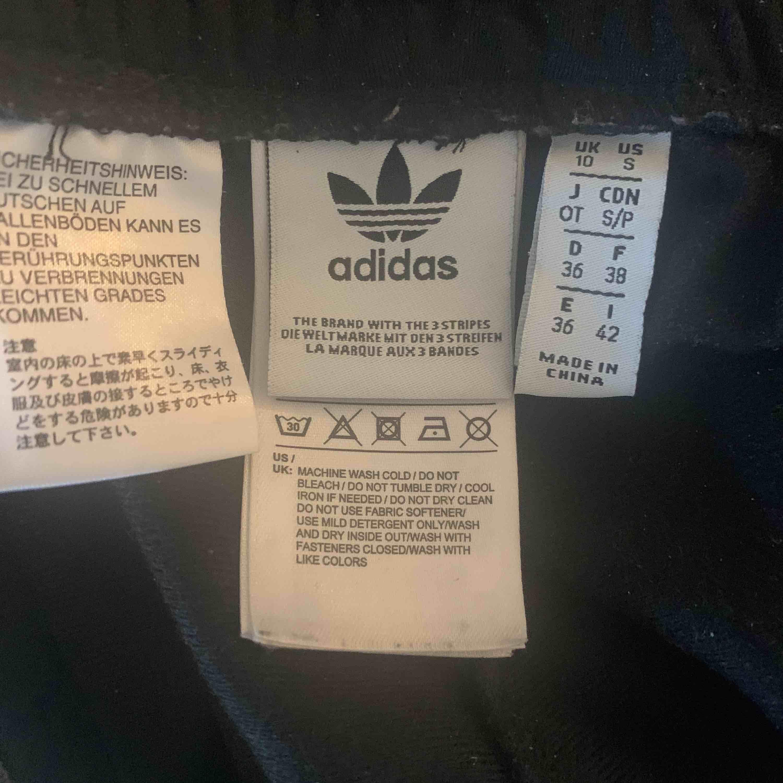 Jättesnygga byxor från adidas, säljes pga att jag aldrig använder dom:/ frakt tillkommer . Jeans & Byxor.