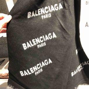 Skitsnygg halsduk från Balenciaga 2018. Använd men i fint skick.
