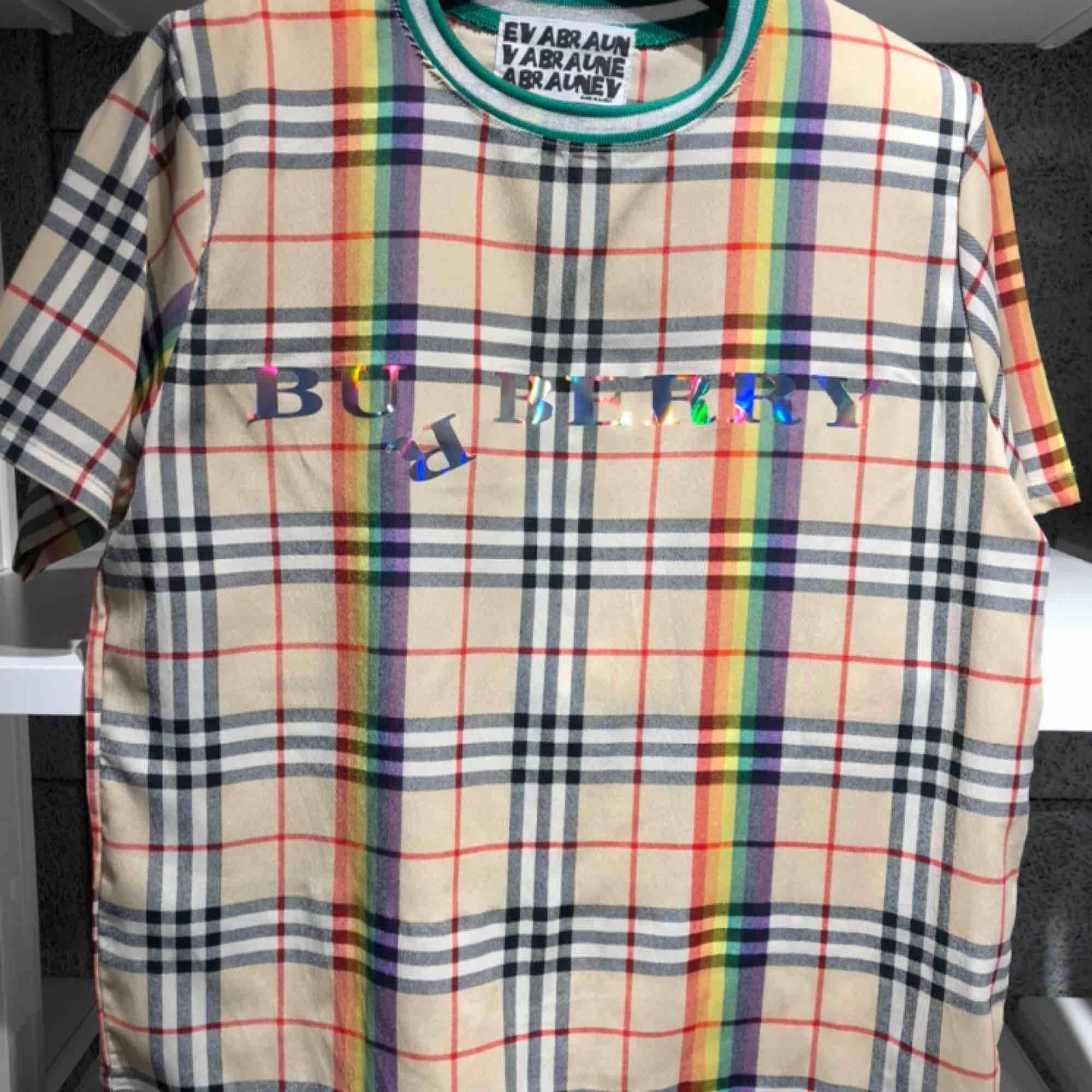 Härlig T-shirt i tunt material från Burberry. . Blusar.
