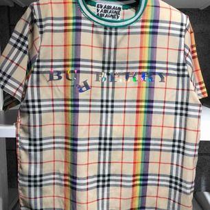 Härlig T-shirt i tunt material från Burberry.