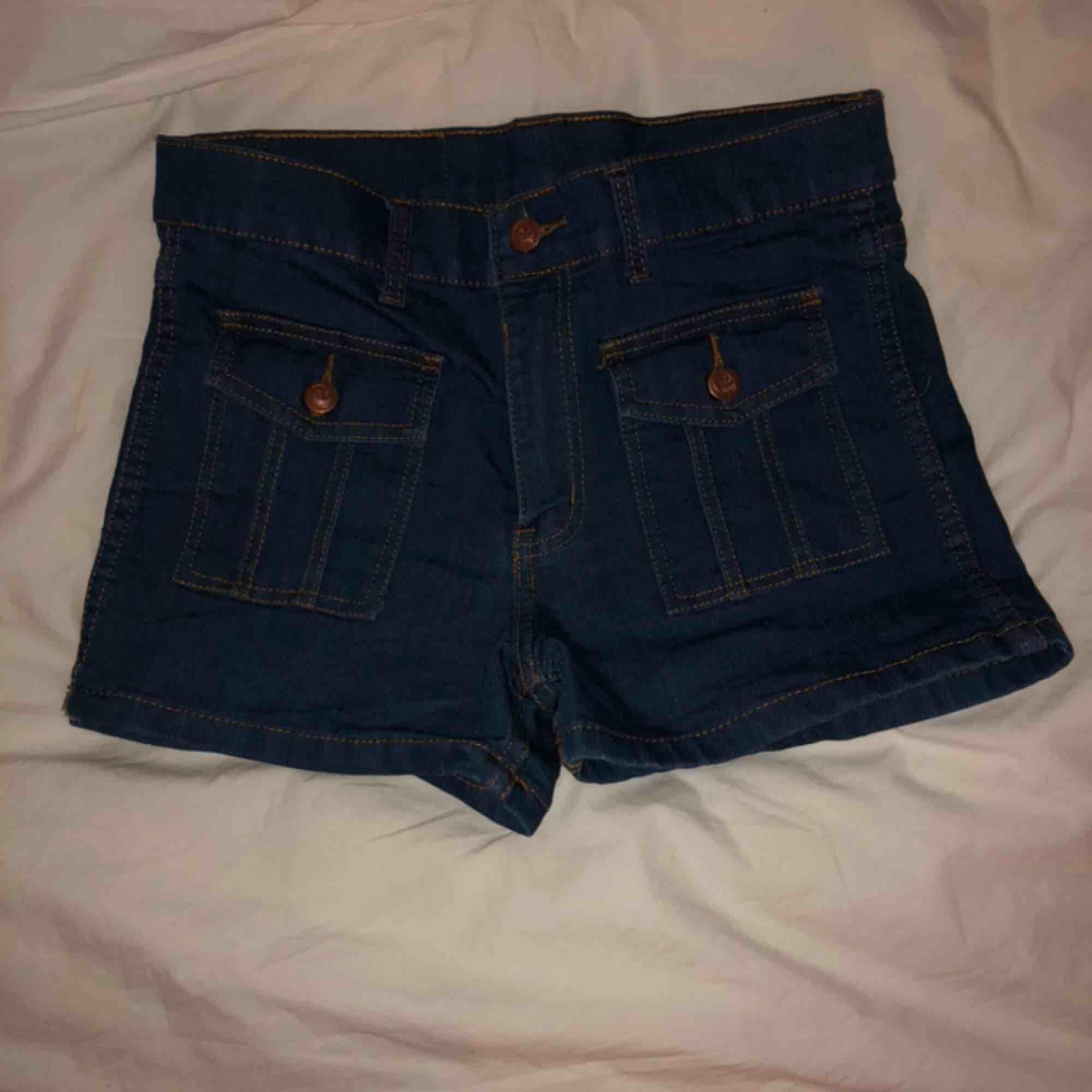 Höga shorts från cheap Monday. Stretchiga. Endast prövade, men tvättade en gång. Köparen står för frakten . Shorts.