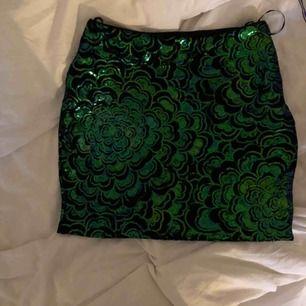 Kort kjol med paljetter. Köparen står för frakten