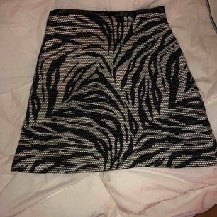 Tight kjol, ngt utsvängd nertill. Köparen står för frakten