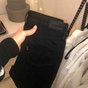 Svarta bootcut jeans från levis som tyvärr aldrig blivit använda. Medelhög midja och lagom mycket bootcut :)