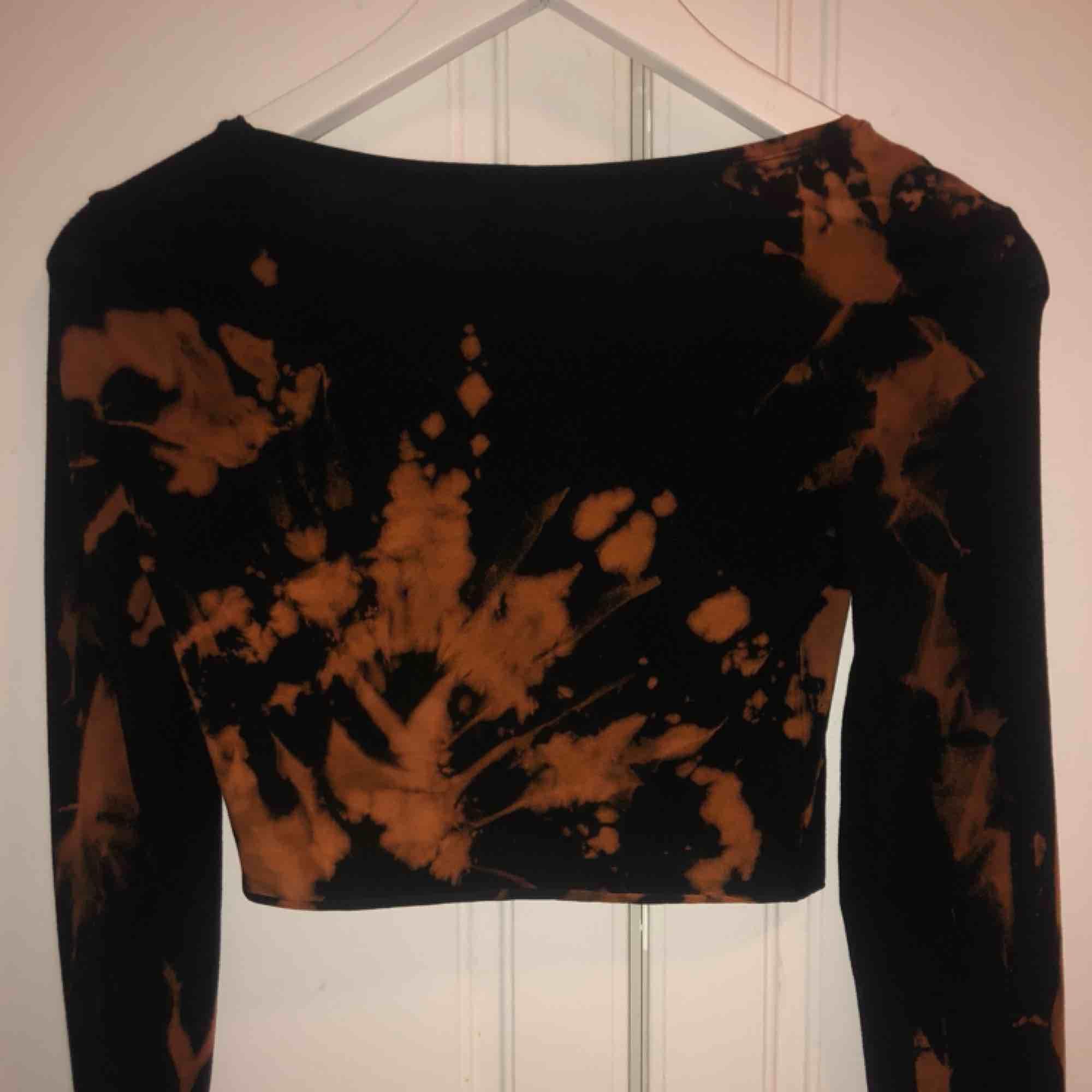 En sjukt ball tröja i croppad modell med slits i armarna! Storlek XS/S! Reworked vintage, så finns ingen likadan🔥😍 . Toppar.