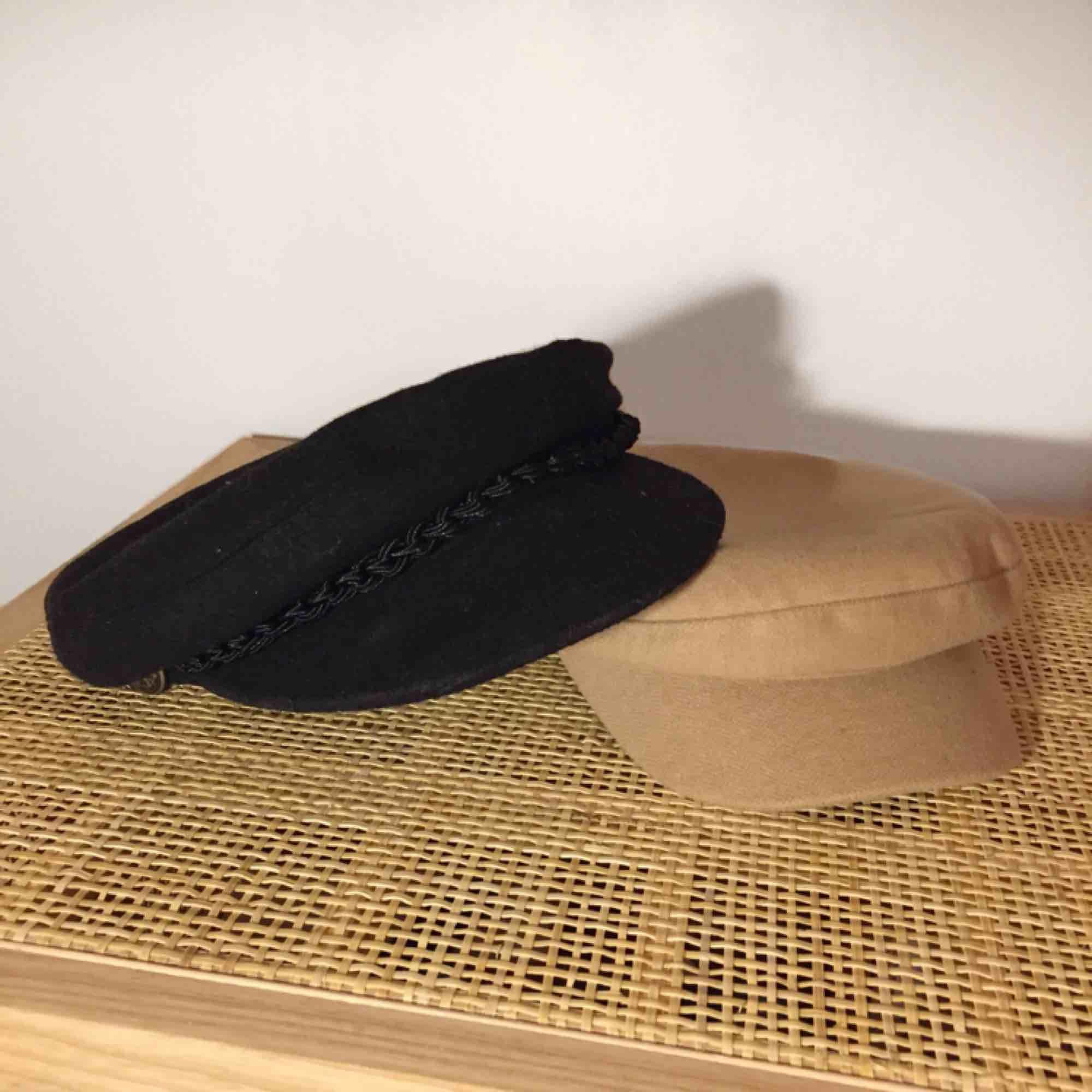 Säljer dessa två hattar tillsammans för 100kr! Den ena beiga är från River Island och är i storleken one size, och den svarta är från Beyond retro och är i storlek S. Köparen står för frakten! Kan även mötas upp i Västerås ✨. Accessoarer.