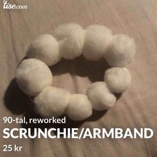 Söt scrunchie att fästa över tofsen eller ha som ety armband!<3